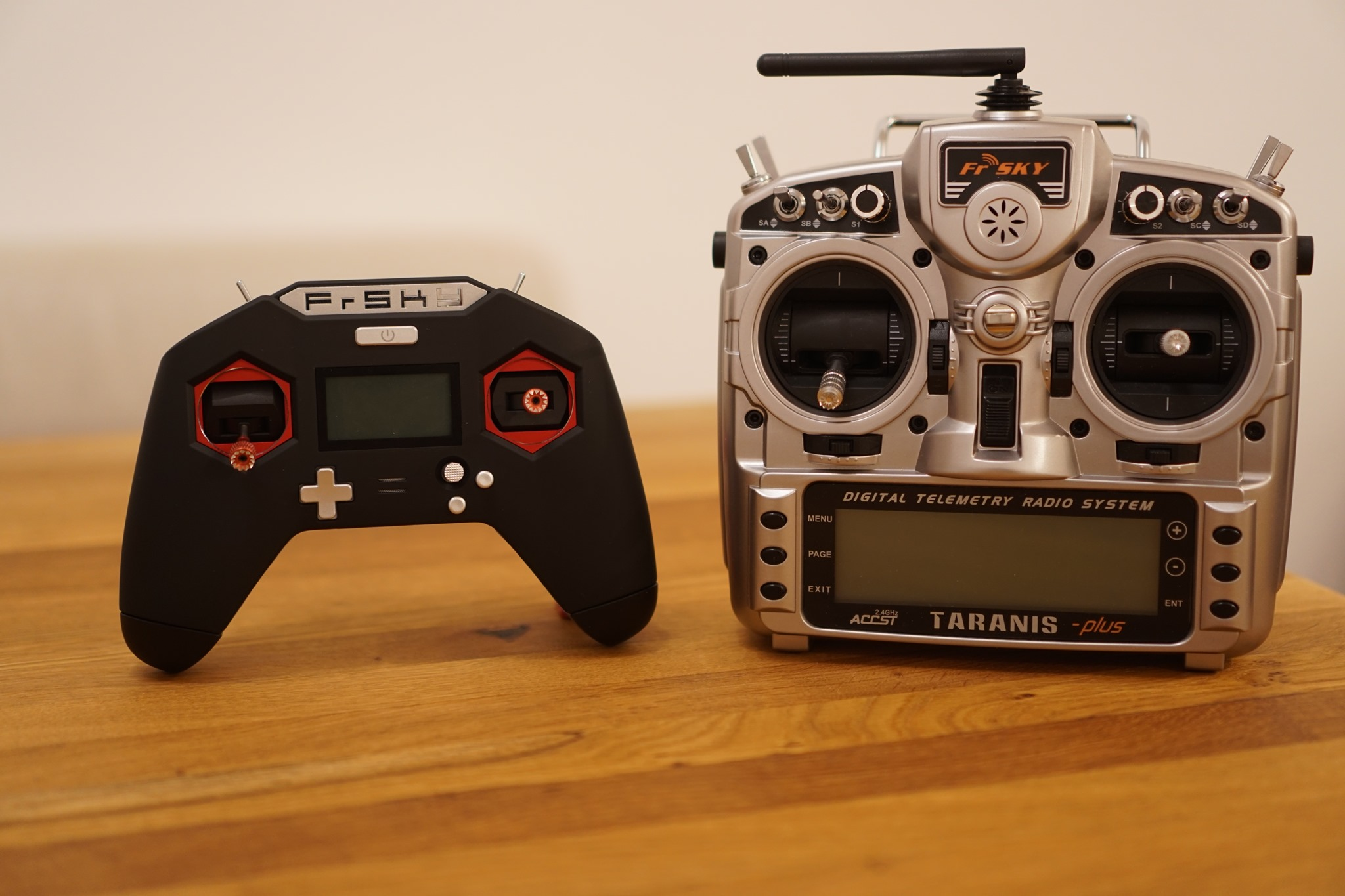 DroneHiTech com – FrSky Taranis X-Lite Transmitter Review